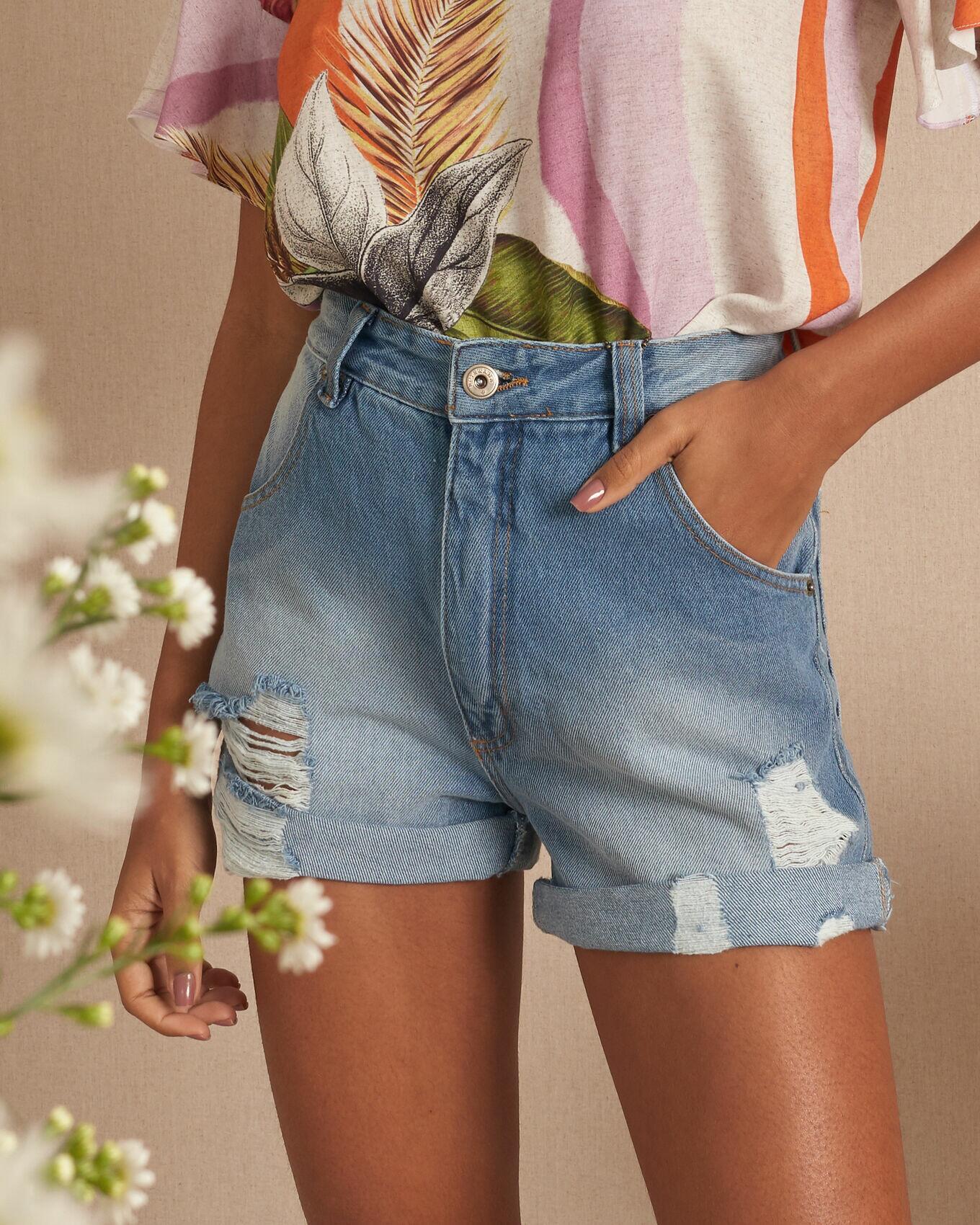Short jeans com dobras detonados frente